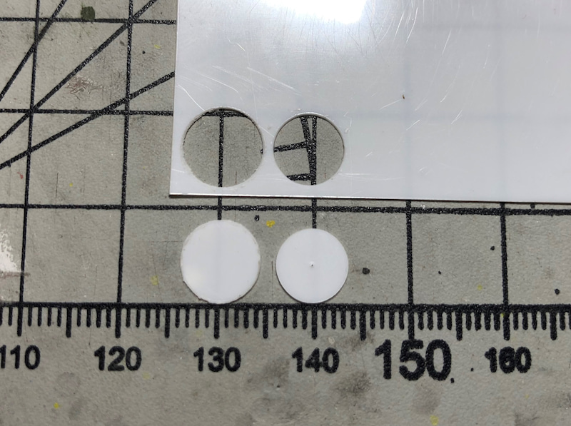 プラ板を円形に切り出し