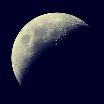 蠍座下弦の月 執着を捨て広い視点で