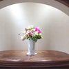 ホットピンク色を使った装花の画像