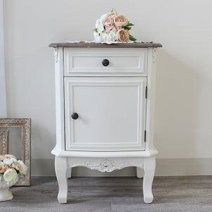 とっても素敵な小家具が新たに入荷しました特におすすめなのは…1枚目のサイドチェストため...の画像