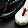 白と黒の粋な草履2020|鮫小紋の牛革型押し五分三枚、シンプルで履きやすい草履。の画像
