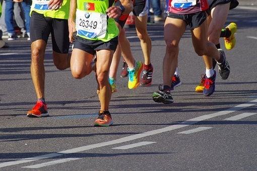 走るランナーの写真