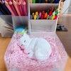 猫のアロマストーンと、バラのドライフラワーの画像
