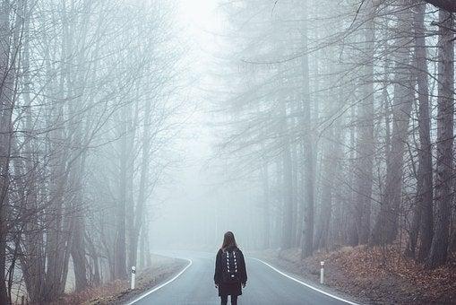 不安と恐怖に怯える人の画像