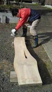 新工房 看板の表面を削る