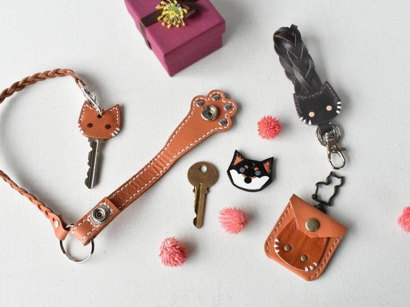 猫の革小物と黒柴犬のキーカバー