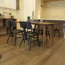 画像 床の色と少し違う色の家具がいい?!グレーがかったブラウン色の床にウォールナット材の家具を合わせる の記事より 3つ目