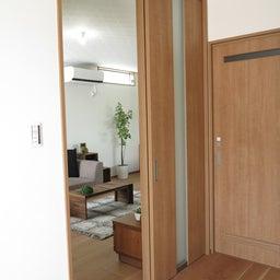 画像 リビングへ入る引戸の開き方で家具の配置が異なってきます。ソファ前が広くなり、ソファも大きくできる の記事より 6つ目