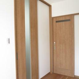 画像 リビングへ入る引戸の開き方で家具の配置が異なってきます。ソファ前が広くなり、ソファも大きくできる の記事より 8つ目
