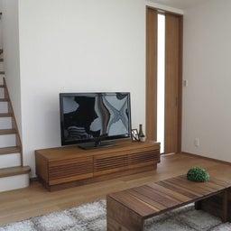 画像 リビングへ入る引戸の開き方で家具の配置が異なってきます。ソファ前が広くなり、ソファも大きくできる の記事より 5つ目