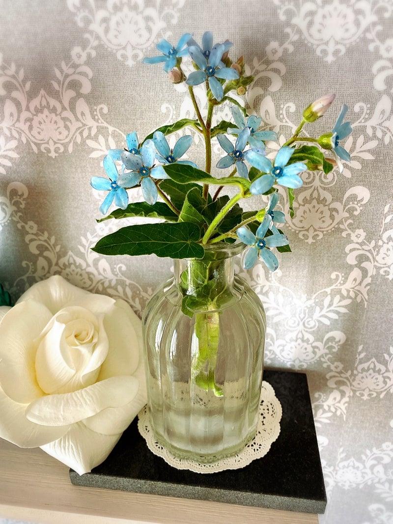 ガーデニングの花を花瓶にさした画像