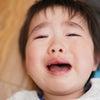 登園時に泣く我が子を見て心を痛めているお母さんへの画像
