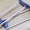松葉杖とトルコキキョウの画像