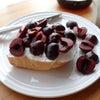 簡単ヨーグルトのアメリカンチェリーのオープンサンドイッチの画像