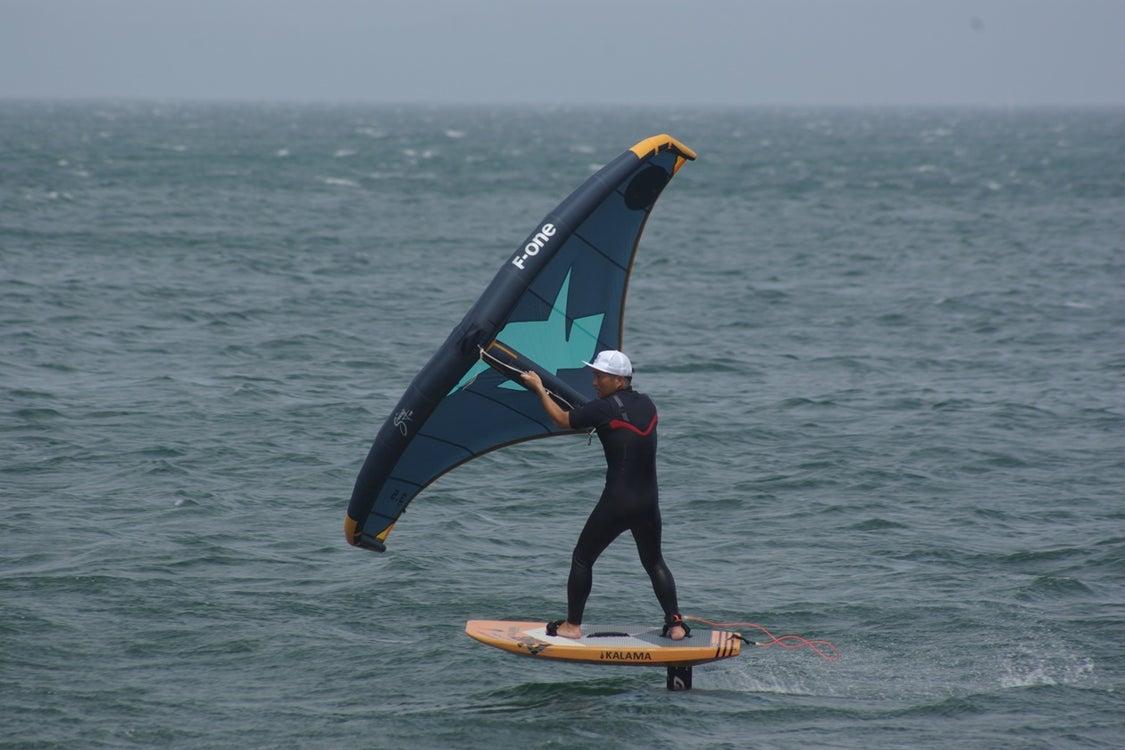 HOW TO WINGFOIL ~ ゼロから始めるウイングフォイル編 ~ 三浦海岸FiNe の記事より