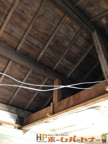 天井を解体し、屋根裏