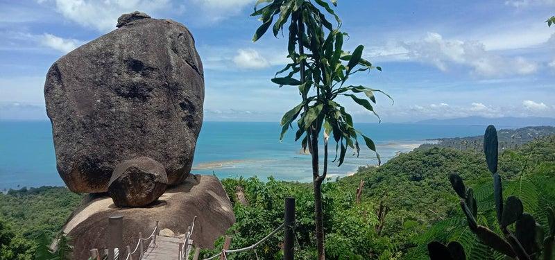 大きな岩と海