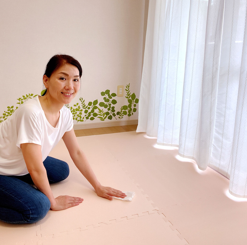 お客さまがお帰りになると、除菌シートで拭きます。 入口のドアノブやドアの取っ手も、拭きます