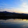 1168.夕方の、山と水面(ミナモ)と、逆さ飛行機雲と、まだ青い空と、Yシャツと私。マングー帝国