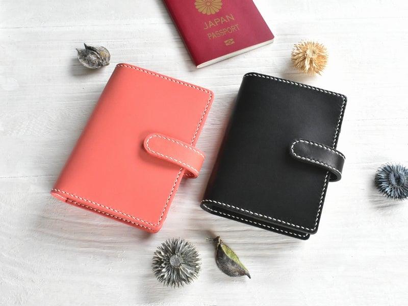 ピンク革と黒革のパスポートケース