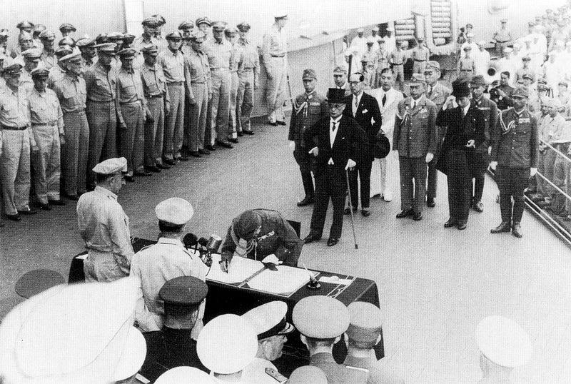 USSミズーリ号甲板で降伏文書に調印する大日本帝国政府代表団