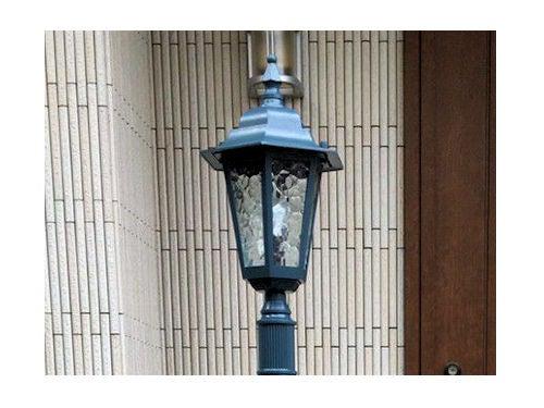 柱の上の外灯