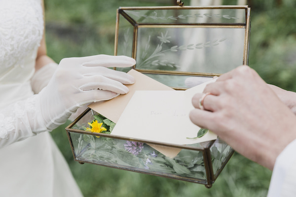 新郎新婦が手紙の交換をしている写真