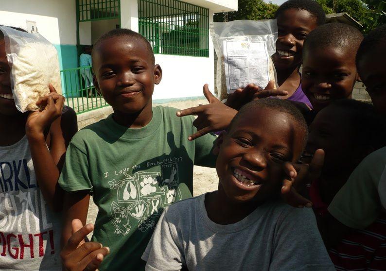 医療センターの前でライスパックをもらった子どもたち