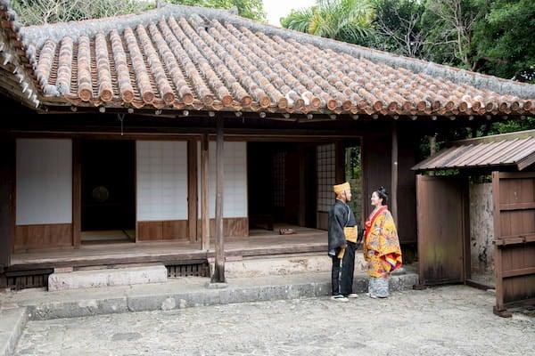 沖縄県国指定重要文化財中村家で前撮りをする新郎新婦