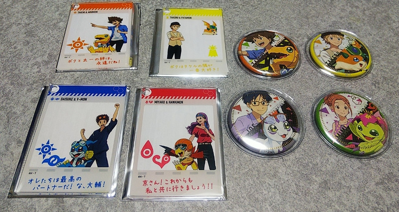 太一、大輔、京、タケルのフォトカード、太一、丈、タケル、ミミの缶バッジの写真
