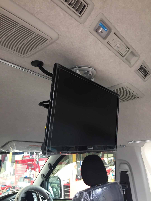 ハイエース200系 ティピーアウトドアデザイン200系ハイエースに家庭用19インチTV取付