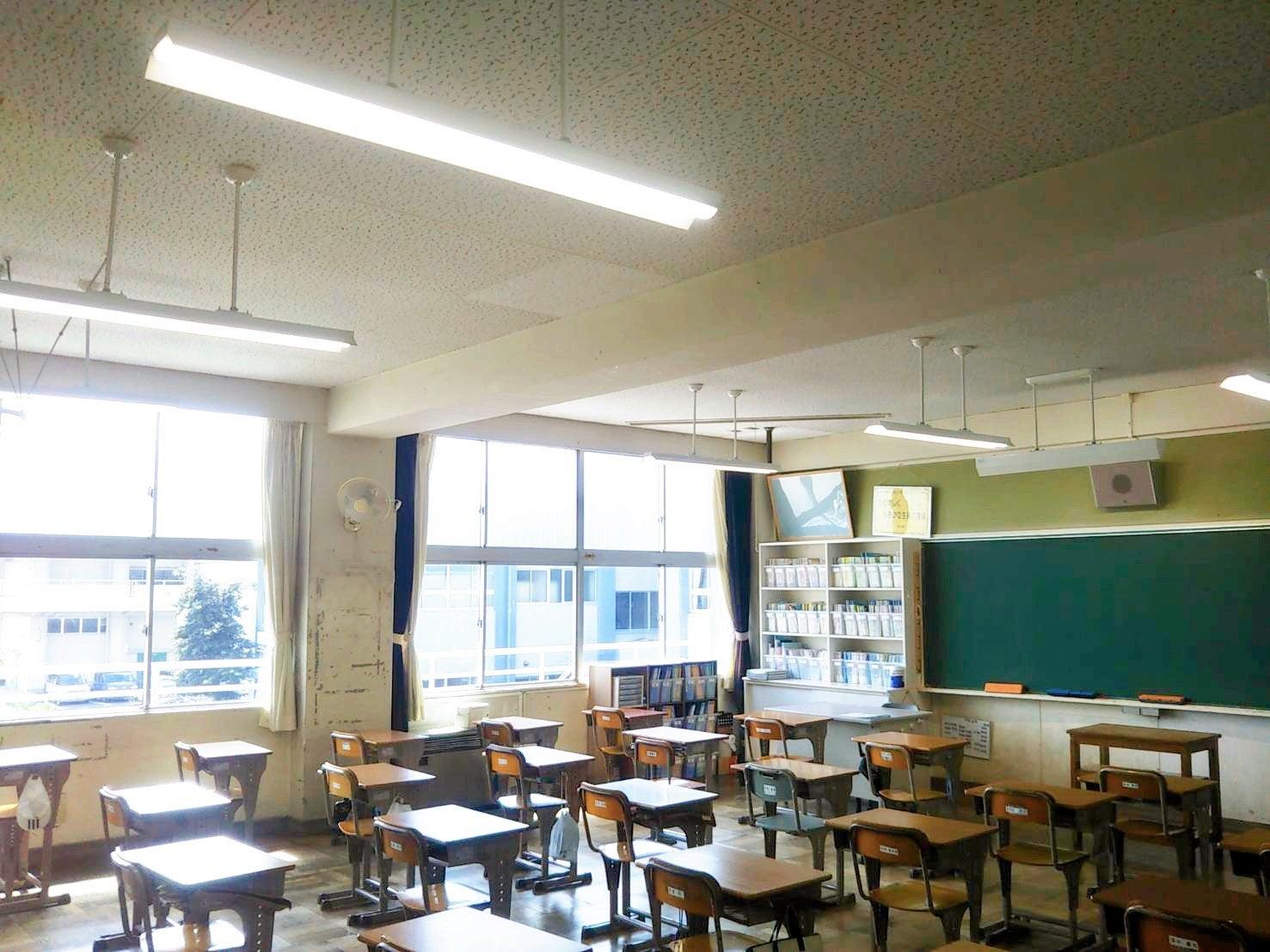 市内中学校の照明器具を取替えました