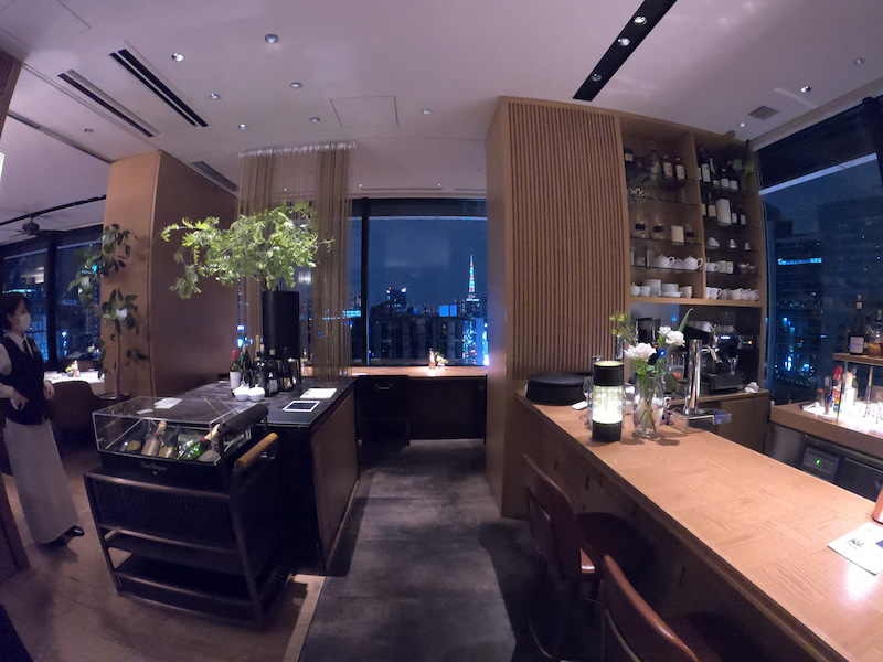 《ホテル ザ セレスティン銀座》スーペリアクイーン宿泊記 ホテル内レストラン銀座カシータ 東京タワーを正面に見据える店内