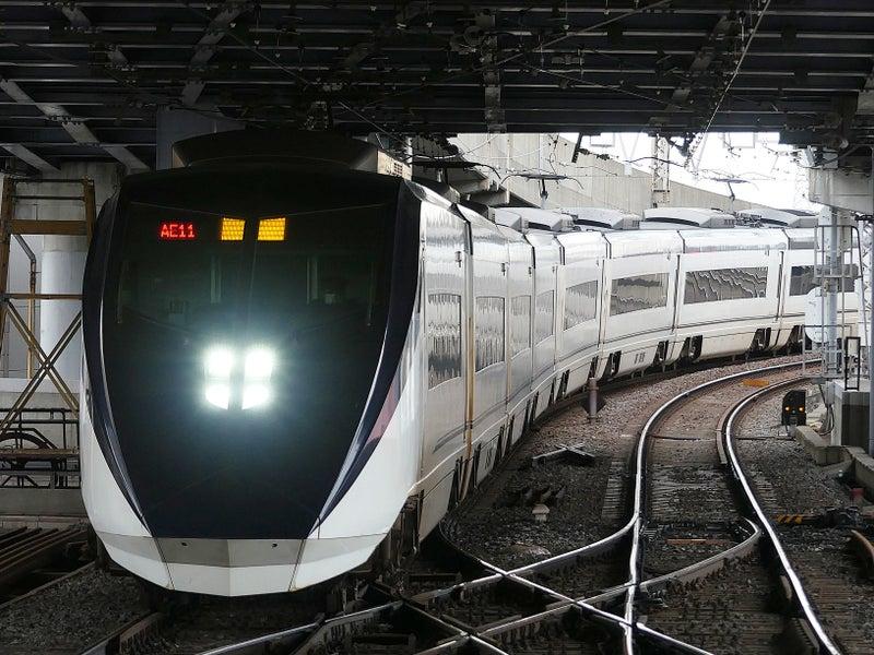 青砥駅に止まるスカイライナー | TKKseries8000‐677