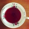 薔薇のティーカップに紅いお茶の画像