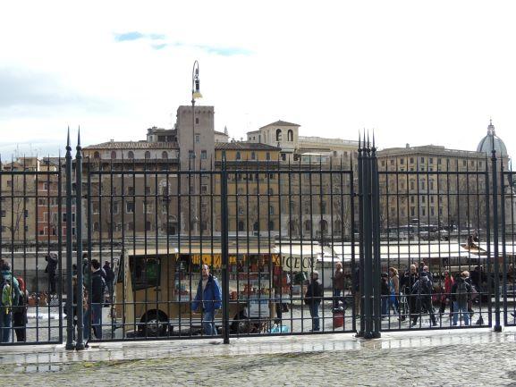 残念なフィレンツェ風の建物とビンドさんに惚れる | イタリア ローマの ...