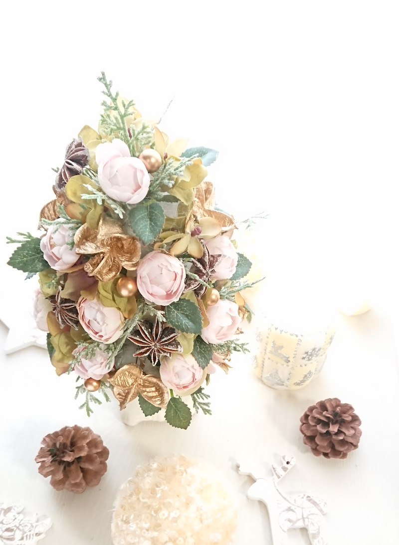 淡いピンクローズや実物で、大人可愛い♪クリスマスツリーアレンジ☆