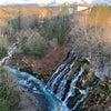 【美瑛】白ひげの滝と山々と青い池の画像