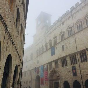 霧の中の街の画像