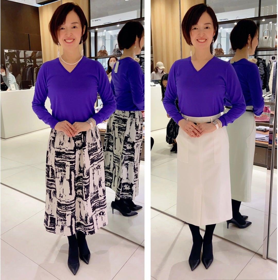 紫色のニットを着る女性