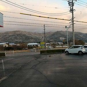 今朝は薄っすらと山に雪の画像