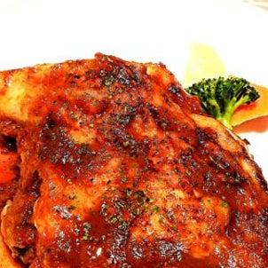 洋食家はるひです。今週の週替わりメニューは、『北海道産骨付き鶏もも肉ローストのトマト煮込み(バケの画像
