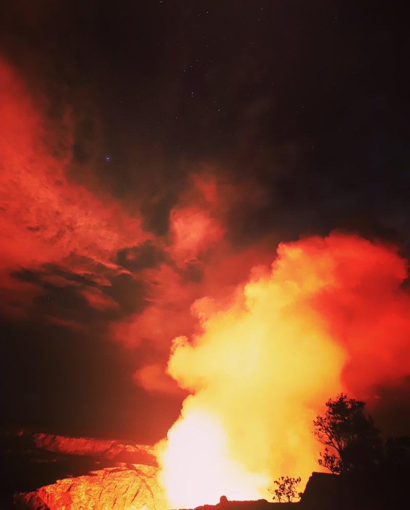 赤いキラウエア火山ハレマウマウ火口を家族で観に行きました。
