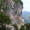 断崖に建つ教会 マドンナ ディ コロナ サンクチュアリー in イタリーの画像