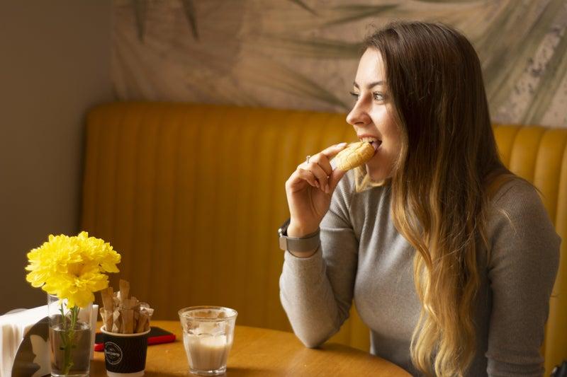 たくさん食べている女性の画像