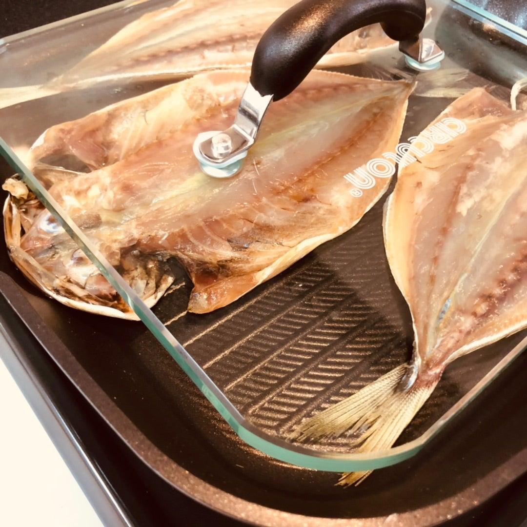 マイヤーのグリルパンでアジの干物をプレスする画像