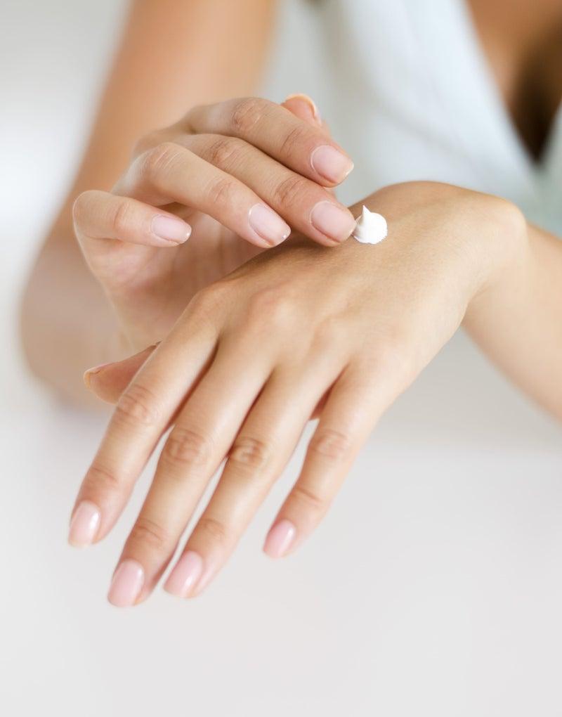 保湿クリームを塗る女性