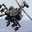 AH-64Dアパッチ・ロングボウ攻撃ヘリの兵器搭載と砲撃訓練