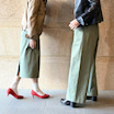 モスグリーンのパンツとスカート