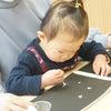 【1歳児クラスの様子】綿棒が筆に!?細い毛先で丸描きにチャレンジ!!の画像